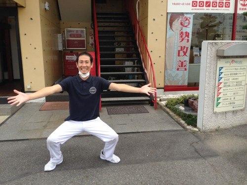 愛知県岡崎市のアームズ整骨院の入り口と院長です